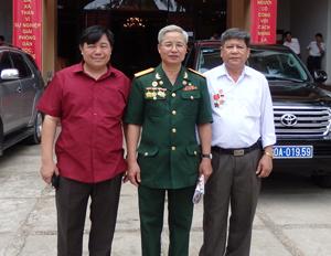 Anh Bùi Văn Nhung, ông Nguyễn Như Khoa và cùng đại diện Sở LĐ-TB&XH dự hội nghị tiêu biểu toàn quốc năm 2014 (thứ tự từ phải qua).