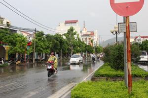 Người dân chỉ nên đi ra ngoài khi mưa đã tạnh hẳn (sau trận mưa bão, người dân thành phố Hòa Bình tham gia giao thông trên đại lộ Thịnh Lang).