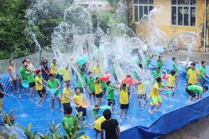 Các em thiếu nhi tham gia lễ hội té nước.
