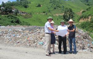 Đồng chí Bùi Hải Quang, Giám đốc Sở KH &ĐT cùng cán bộ chuyên trách Sở KH &ĐT kiểm tra khu vực bãi rác dốc Búng, xã Yên Mông (TPHB) để tham mưu trình UBND tỉnh các phương án giảm thiểu ô nhiễm môi trường. Ảnh: P.V