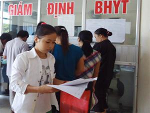 Người bệnh thực hiện các thủ tục giám định BHYT tại Bệnh viện Đa khoa tỉnh.