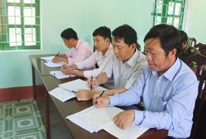 Cán bộ xã Hang Kia họp giao ban về tình hình tảo nôn, sinh con thứ trên địa bàn.