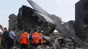 Các nhân viên điều tra tại hiện trường vụ máy bay rơi. (Ảnh: AP)