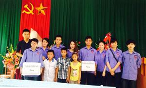 Sinh viên Trường Đại học Kiểm sát Hà Nội tặng quà học sinh có hoàn cảnh khó khăn trường tiểu học xã Yên Bồng (Lạc Thuỷ).