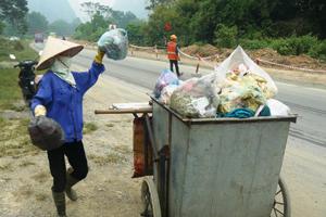 Công nhân Công ty vệ sinh môi trường đô thị Lương Sơn thu gom rác thải các KDC trên địa bàn xã Lâm Sơn.