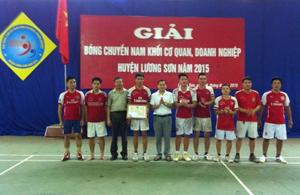 Ban tổ chức trao thuởng cho đội đạt thành tích cao tại giải.