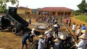 ĐV- TN và nhân dân xã Kim Bôi tham gia đổ bê tông sân chơi cho thiếu nhi, thiết thực hưởng ứng chiến dịch hè tình nguyện.
