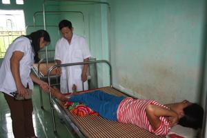 Cán bộ Trạm Y tế xã Mỹ Hòa (Tân Lạc) luôn coi trọng công tác khám - chữa bệnh ban đầu cho nhân dân.