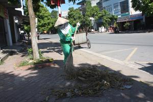 Dù cho mưa, nắng nhưng chị Phạm Thị Kim Ngân vẫn miệt mài làm việc để sạch, đẹp phố phường.