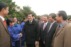 Chủ tịch nước Trương Tấn Sang và các đồng chí lãnh đạo tỉnh thăm hỏi công nhân Công ty TNHH MTV Cao Phong. Ảnh: Lê Chung.