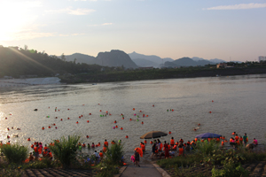 Người dân tham gia bơi, tắm kín đặc cả sông Đà, khu vực cầu Hòa Bình.