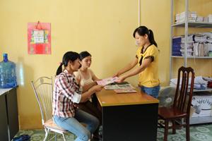 Cán bộ DS/KHHGĐ các xã, thị trấn cập nhật các tài liệu truyền thông tại Trung tâm DS/KHHGĐ huyện Cao Phong .
