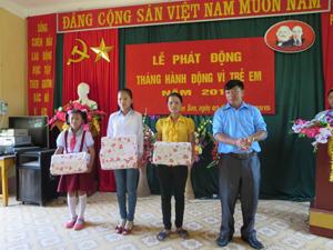Lãnh đạo xã Nam Sơn (Tân Lạc) trao quà cho trẻ em nhân dịp Quốc tế Thiếu nhi 1/6/2015.