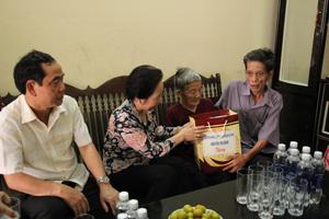 Phó Chủ tịch nước Nguyễn Thị Doan thăm hỏi, tặng quà mẹ liệt sỹ Trần Thị Em, Khu 5, thị trấn Kỳ Sơn (Kỳ Sơn).