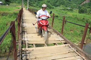Người dân xóm Rẽ, xã Phú Lương (Lạc Sơn) mong lắm một cây cầu dân sinh đảm bảo an toàn.