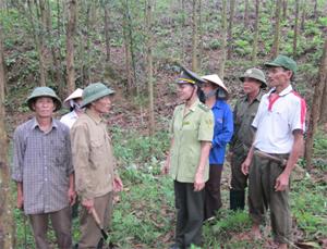 Cán bộ kiểm lâm địa bàn xã Yên Mông tuyên truyền, hướng dẫn hộ dân thực hiện quy định PCCCR.