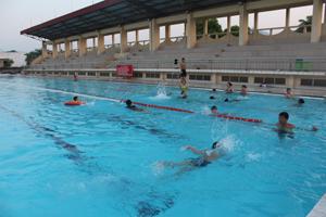 Nghỉ hè, nhiều gia đình đã cho con em mình đi học bơi để rèn luyện sức khoẻ và biết tự bảo vệ bản thân. (ảnh chụp tại bể bơi TP Hoà Bình). Ảnh: PV.