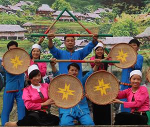 Phong trào văn hoá, văn nghệ huyện Tân Lạc phát triển mạnh, 24 xã, thị trấn đều có đội văn nghệ. Ảnh: Đội văn nghệ xã Phong Phú biểu diễn tại Lễ hội Khai hạ.