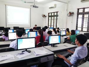 Tham gia lớp đào tạo, các học viên được hướng dẫn thực hành sử dụng chữ ký số trong các giao dịch điện tử.