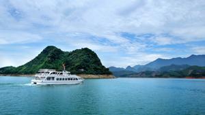 Du ngoạn vùng hồ Hòa Bình, du khách sẽ được ngợp trong màu xanh của trời, nước và núi non…