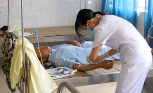 Cán bộ y tế bệnh viện Đa khoa tỉnh chăm sóc bệnh nhân TNGT tại khoa cấp cứu.