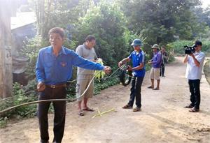 Các ĐV - TN tham gia kéo đường điện thực hiện công trình thắp sáng đường quê.