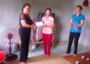 Lãnh đạo Ủy ban MTTQ huyện Kim Bôi trao tiền hỗ trợ cho gia đình chị Bùi Thị Hạnh, thôn Lục Cả ( Kim Bình).