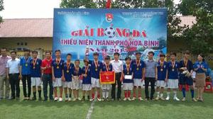 BTC trao cúp vô địch cho đội bóng đá thiếu niên phường Thái Bình.
