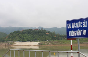 Tại khu vực Cảng Nghiêng, mỗi ngày có hàng trăm người dân đến bơi, tắm. Nơi đây cũng vừa xảy ra vụ tai nạn đuối nước thương tâm.