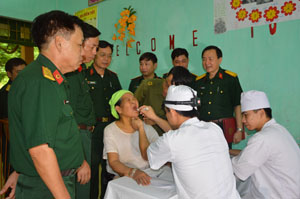 Các y, bác sỹ Bệnh viện Quân y 5 khám bệnh, cấp thuốc miễn phí cho gần 600 lượt người.