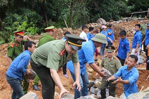 ĐV-TN tham gia vận chuyển vật liệu xây dựng nhà nhân ái.