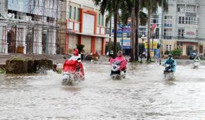 Ngập nặng nhất trên địa bàn thành phố là tuyến đường Đinh Tiên Hoàng (Phường Tân Thịnh) đoạn từ cầu Hòa Bình xuống.