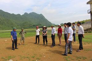 Đoàn công tác đã nắm bắt, ghi nhận thực trạng hạn hán nghiêm trọng ở huyện Yên Thuỷ (hồ Ngọc Lương 1 đã cạn khô mặt đáy).