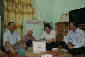 Đồng chí Bùi Văn Cửu, Phó Chủ tịch TT UBND tỉnh thăm hỏi, tặng quà mẹ Việt Nam anh hùng Bùi Thị Nghỉm, xóm Quáng Trong, xã Đông Phong.