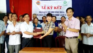 Đại diện các thôn và chính quyền xã Khoan Dụ  ký kết nhân rộng mô hình đồng thuận.