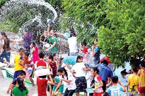 Lễ hội té nước, hoạt động vui nhộn được các em tham gia trại hè thiếu nhi Hòa Bình năm 2015 rất yêu thích.
