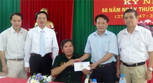 Lãnh đạo Sở LĐ-TB&XH, Hội CCB tỉnh tặng quà thương binh đang điều dưỡng tại Trung tâm Điều dưỡng Thương binh Duy Tiên (Hà Nam).