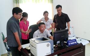 Anh Nguyễn Bình Nam (người ngoài cùng bên phải) luôn nhiệt tình hướng dẫn nghiệp vụ cho anh em tín dụng.