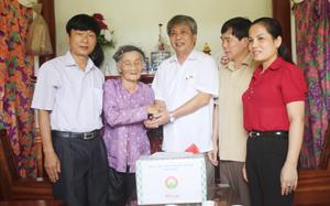 Đồng chí Hoàng Thanh Mịch, UVTV Tỉnh ủy, Chủ tịch UBMTTQ tỉnh cùng lãnh đạo các sở, ngành thăm và tặng quà MVNAH Trần Thị Riệc ở TT Chi Nê, Lạc Thủy.