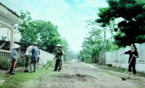 Trưởng thôn Vũ Quỳnh Thanh (ngoài cùng bên phải) cùng người dân thôn Ninh Hòa dọn dẹp đường GTNT.