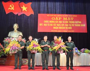 Trung tướng Vũ Văn Hiển, Chánh văn phòng Quân ủy Trung ương - Văn phòng Bộ Quốc phòng tặng hoa chúc mừng các đồng chí được bổ nhiệm, nhận nhiệm vụ công tác mới.