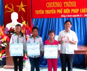 Lãnh đạo TAND tỉnh tặng quà cho các em học sinh nghèo hiếu học xã Đồng Chum (Đà Bắc).