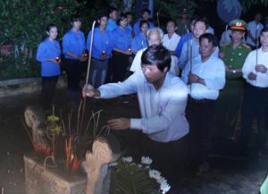 Đồng chí Trần Đăng Ninh, Phó Bí thư TT Tỉnh ủy cùng lãnh đạo một số sở, ban, ngành, doanh nghiệp trên địa bàn tham gia thắp nến tri ân các anh hùng, liệt sỹ.