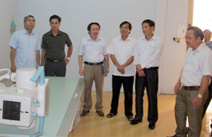 Các thành viên đoàn khảo sát của Ban VH-XH&DT (HĐND tỉnh) thị sát thực tế điều kiện làm việc của Bệnh viện đa khoa huyện Đà Bắc.