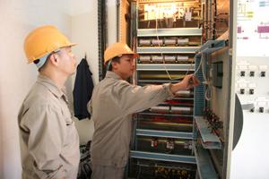 Công nhân Công ty CP nước sạch Hòa Bình bảo dưỡng trang thiết bị đảm bảo cung cấp nước thường xuyên cho khách hàng.
