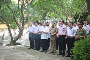 Các đồng chí lãnh đạo tỉnh, sở, ngành và TP. Hòa Bình dâng hương tại Nghĩa trang liệt sỹ chiến dịch Hoà Bình.