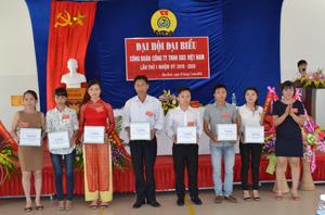 BCH Công đoàn Công ty TNHH GGS Việt Nam tặng quà đoàn viên công đoàn xuất sắc có đóng góp tích cực trong hoạt động của Công ty.