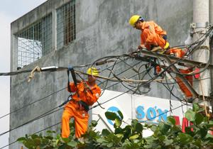 Công nhân Điện lực TP Hòa Bình kiểm tra, nâng cấp đường dây, khắc phục sự cố, đảm bảo cung cấp điện ổn định cho người dân trên địa bàn thành phố Hòa Bình.