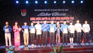 Đại diện BTC trao giải nhất cho nhóm 2.