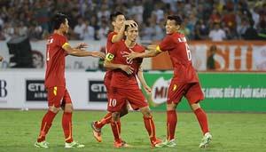 Văn Quyết ăn mừng bàn thắng cùng đồng đội. (ảnh: Linh Phan)